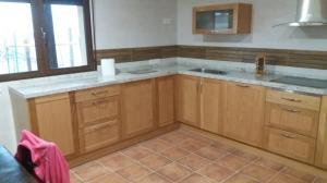 Muebles cocina en roble macizo y encimera de granito