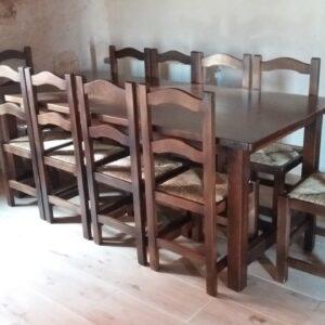 Mesas de bodega y sillas de madera