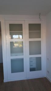 Armario puertas correderas lacadas blanco con cristal acido