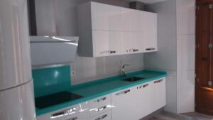 Cocina puertas laminado blanco brilo - Encimerra cuarzo verde pastel