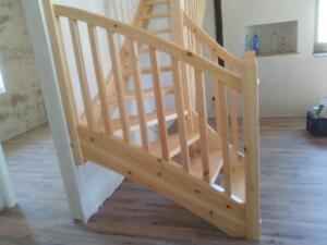 Escalera barandilla con estructura de pino