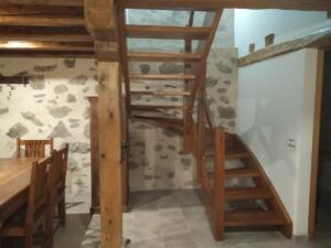 Escalera - barandilla madera iroko con forma + cristal