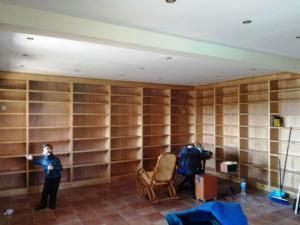 """Librería madera con forma de """"L"""" a medida del hueco"""