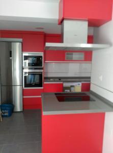 Cocina puertas laminado rojo pasion con Encimera silestone gris
