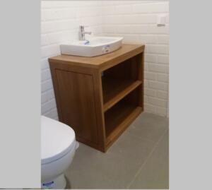 Mueble baño madera de roble abierto con lavabo