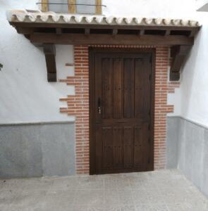 Puerta entrada exterior madera color nogal
