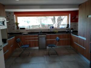 Cocina puertas laminado color madera - Encimera granito negro zimbawe