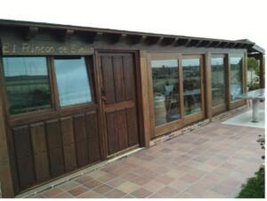 Puertas y Balconeras de madera en color nogal