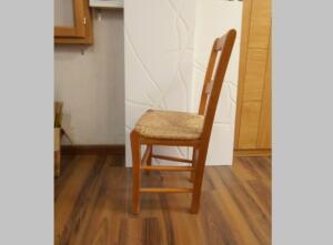 Silla de madera con anea respaldo inclinado
