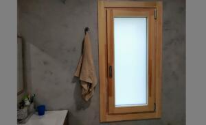Ventana de madera y aluminio  1 hoja cara interior color pino laminado