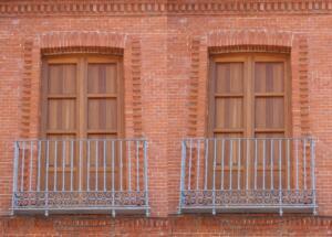 Balcones de iroko con ventanillos
