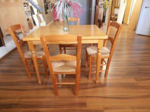 Conjunto de 1 mesa y 4 sillas madera con anea